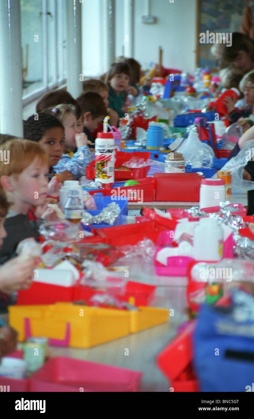 Kindergarten-Kinder beim Mittagessen Tabelle Nord-London England ...
