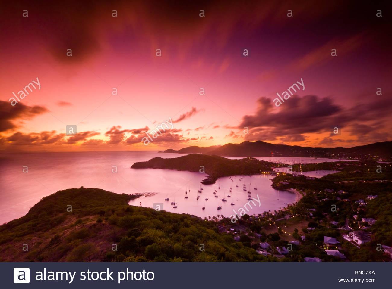 Blick von English Harbour bei Sonnenuntergang von Shirley Heights, Antigua, Leeward-Inseln, Karibik. Stockbild