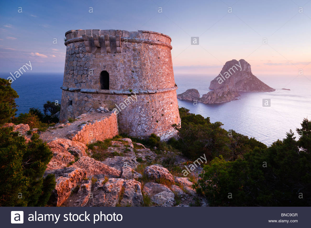 Torre des Savinar (auch bekannt als Torre del Pirata), und die Inseln Es Vedranell und Es Vedrá, Ibiza Spanien. Stockbild