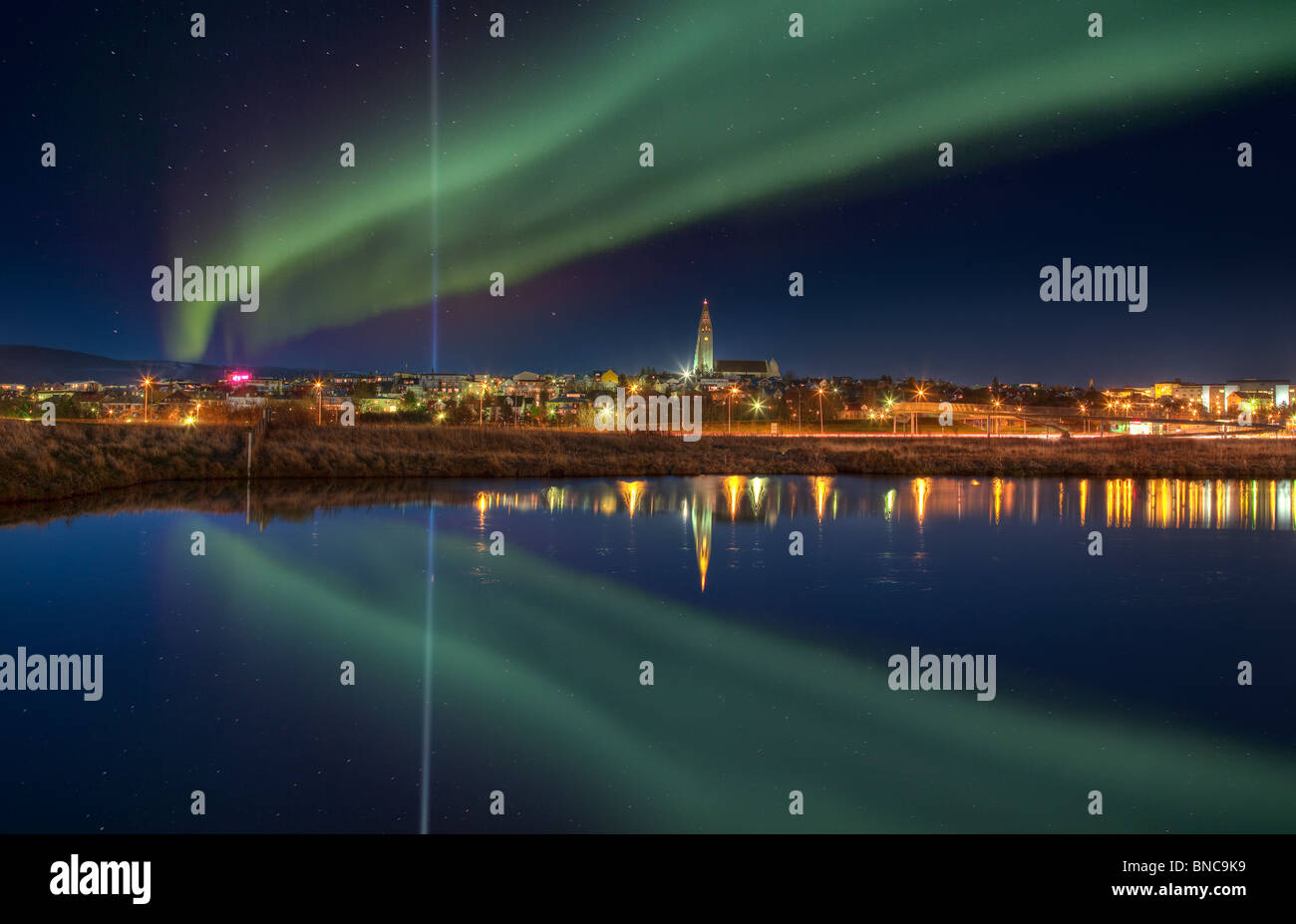 Stellen Sie sich Peace Tower Licht und Aurora Borealis in Reykjavik, Island Stockbild