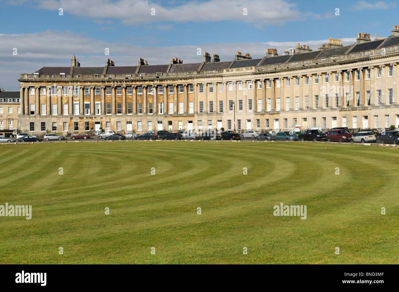 """Rasen vor """"Royal Crescent"""" in der historischen, geplant georgianischen Stadt Bath in Großbritannien Stockbild"""