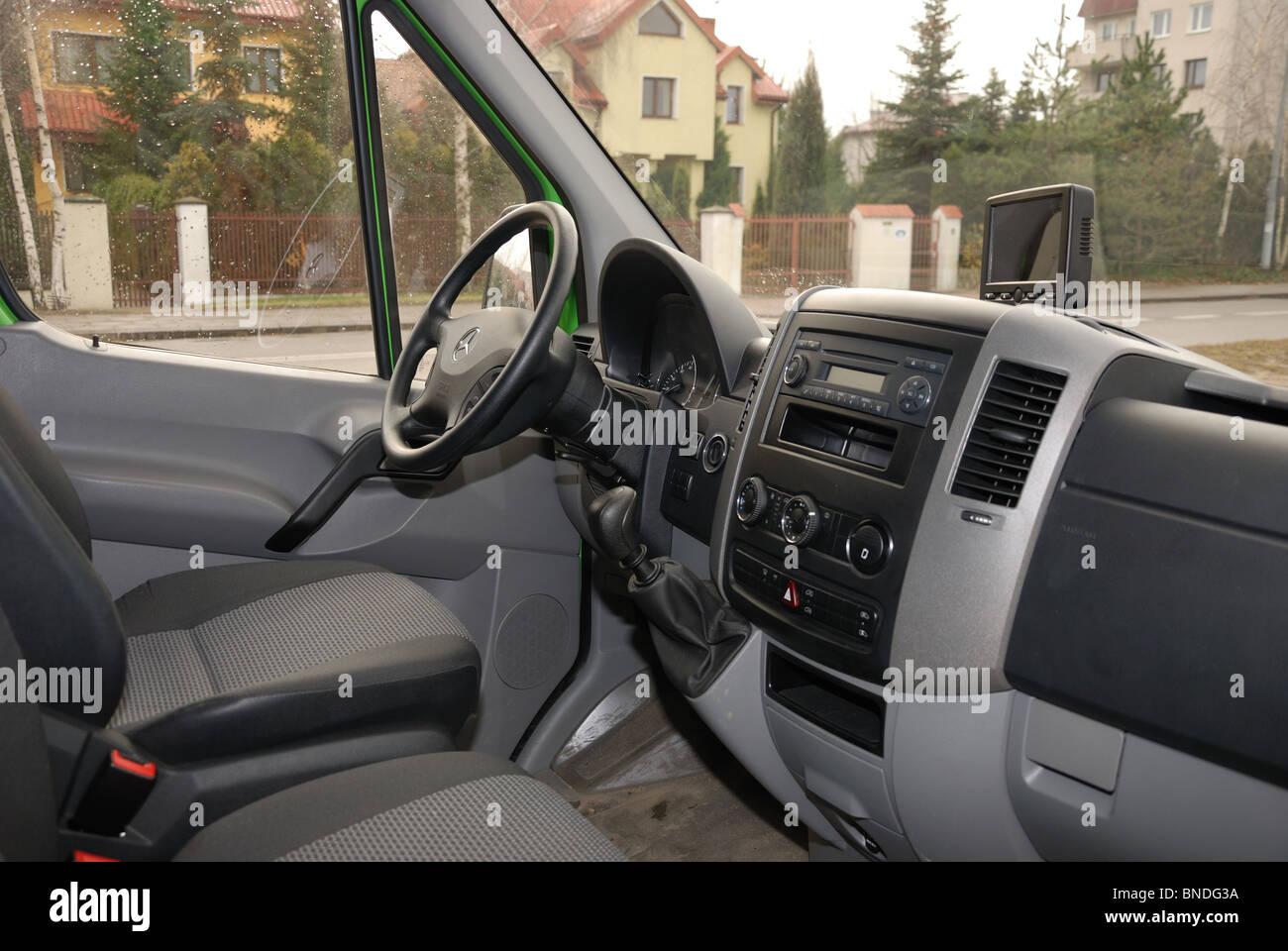 https://c8.alamy.com/compde/bndg3a/mercedes-benz-sprinter-260-cdi-van-grun-l3h2-deutsch-mcv-van-interieur-kabine-dashboard-bndg3a.jpg
