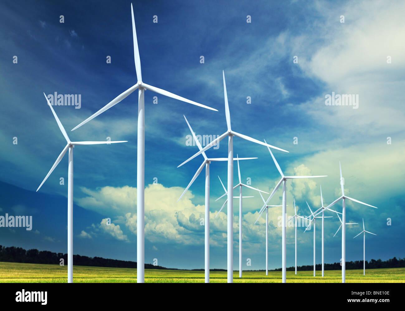 Schöne grüne Wiese mit Windkraftanlagen zur Stromerzeugung Stockbild