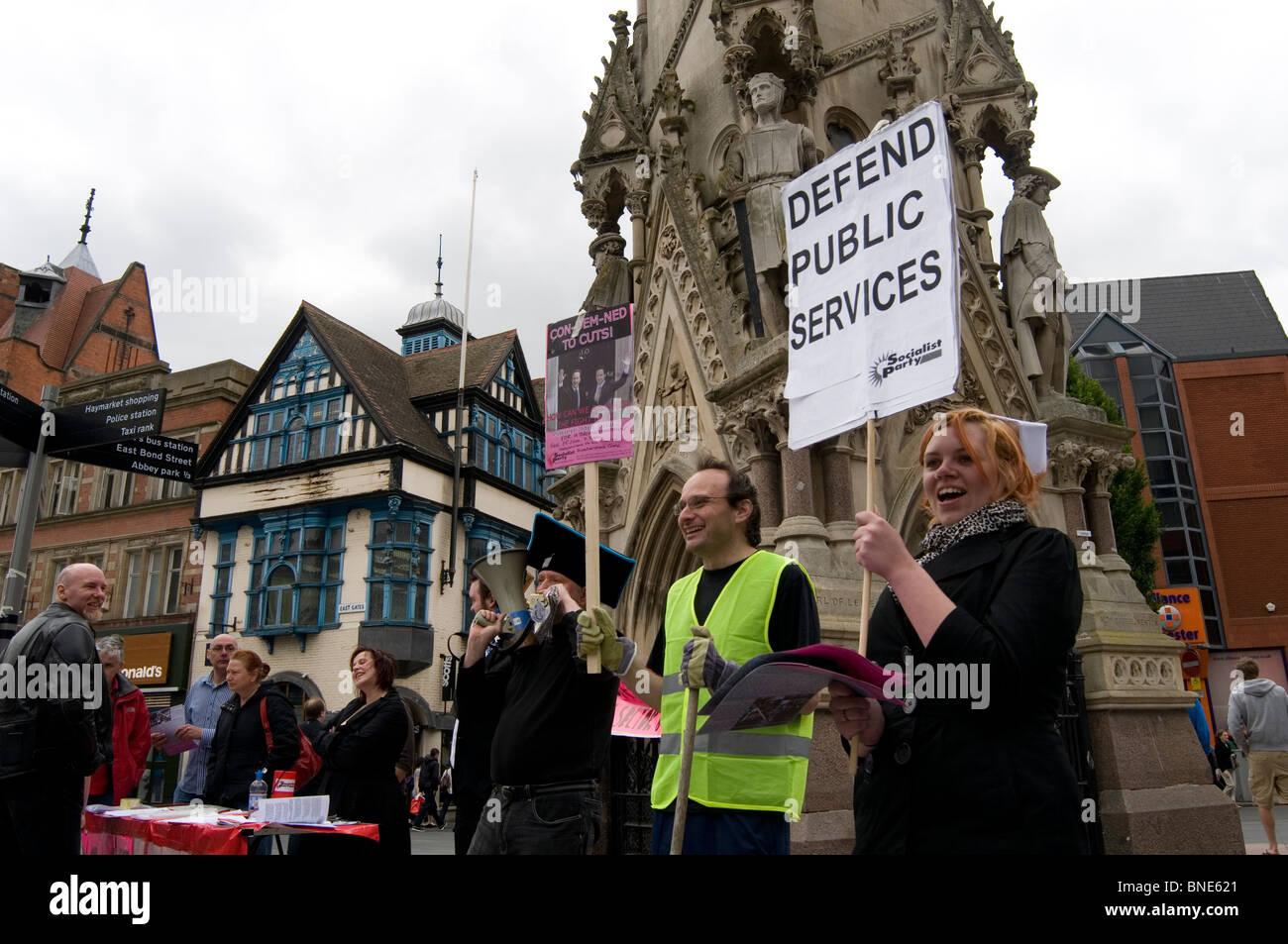 Protest Demonstranten Demonstrant gegen Kürzungen der öffentlichen Ausgaben Schnitt Kostenreduzierung Stockbild