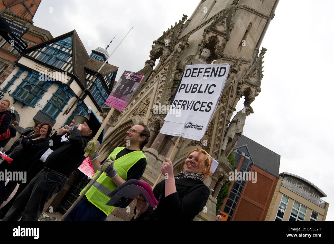 Protest Demonstranten Demonstrant gegen Kürzungen der öffentlichen Ausgaben Schnitt Kostenreduzierung union Gewerkschaften Stockfoto
