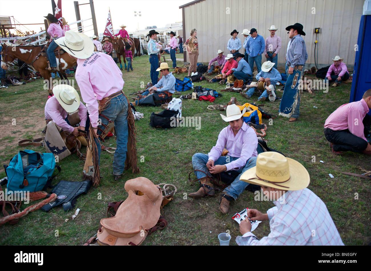 Cowboy-Mitglieder des PRCA Rodeo Veranstaltung in Bridgeport, Texas, USA hinter den Kulissen wartet Stockfoto
