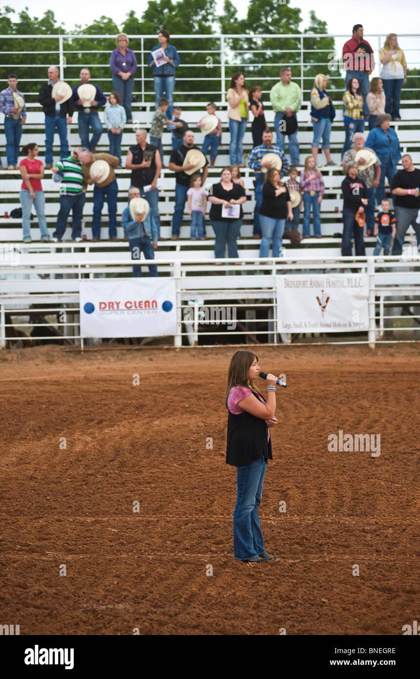 Singen die Nationalhymne in der Kleinstadt PRCA Rodeo, Bridgeport, Texas, USA Stockfoto
