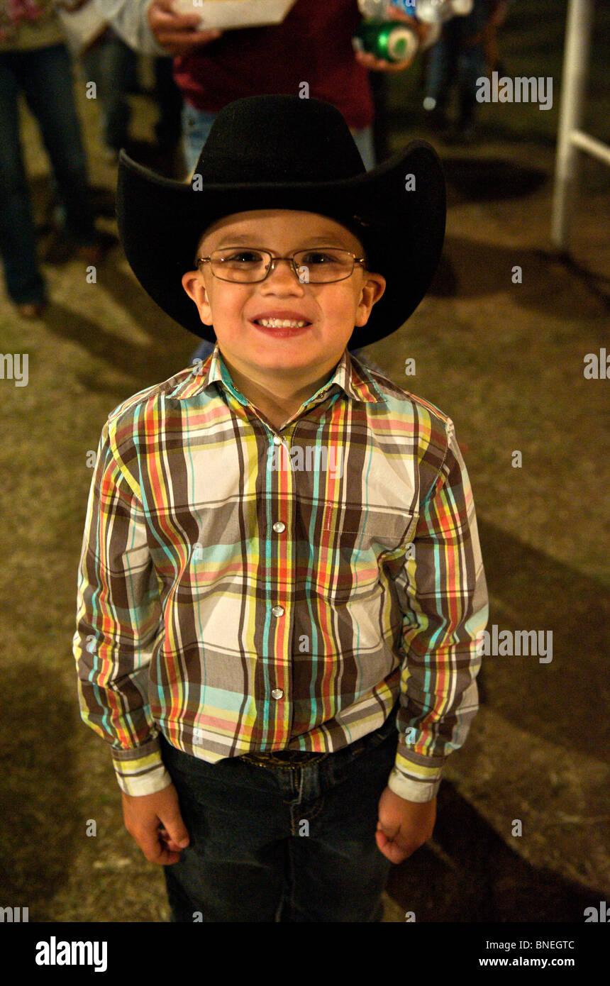 Junger Cowboy in einer kleinen Stadt PRCA Rodeo Bridgeport, Texas, USA Stockfoto