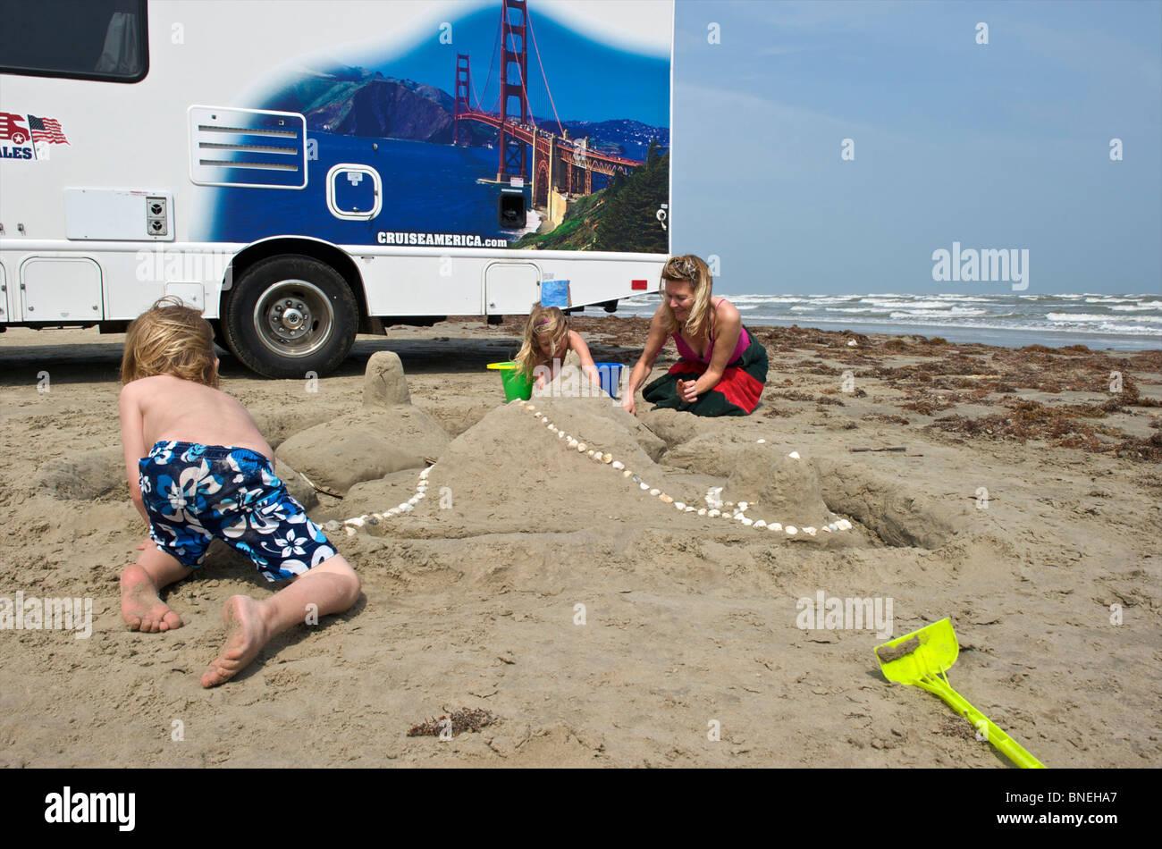 Familie mit Vermietung Camper und Wohnmobil RV am Strand in Galveston, Texas, USA Stockfoto