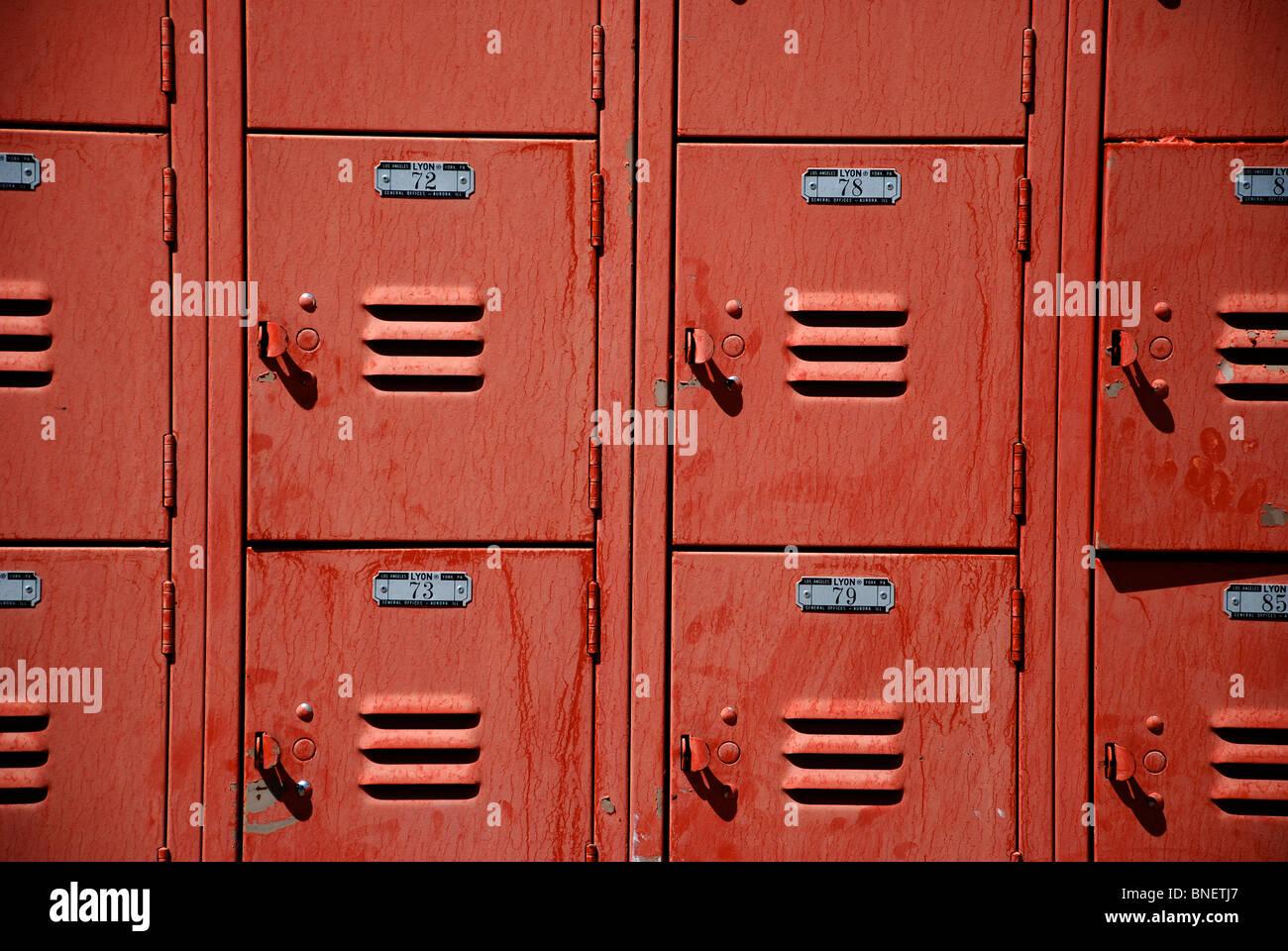 Rot Metall Schließfächer am Freibad in Moab, Utah Stockbild