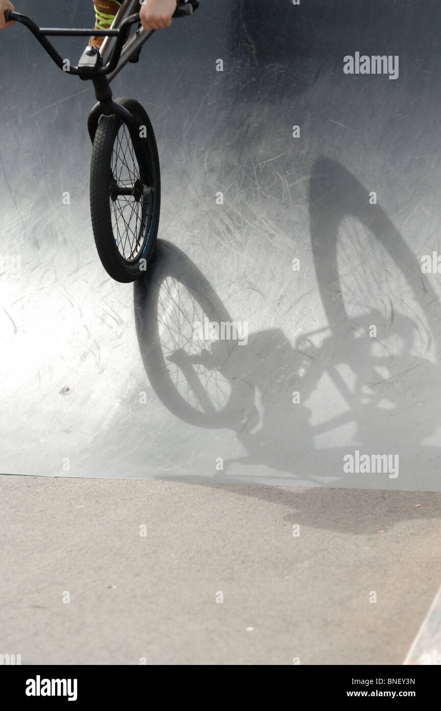 ein schatten eines bmx stunt bike auf eine metallrampe in. Black Bedroom Furniture Sets. Home Design Ideas