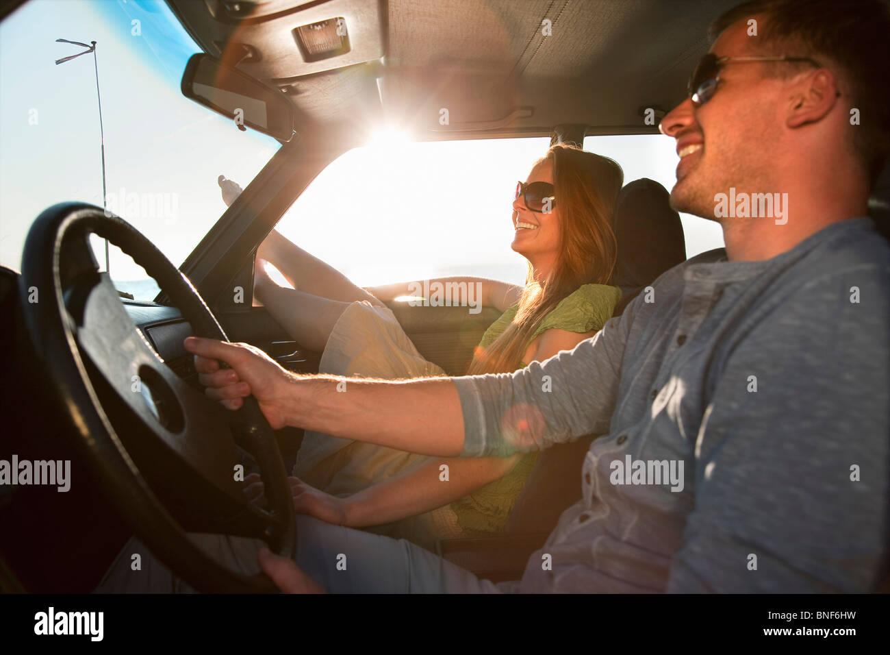 Paar mit Oldtimer auf dem Seeweg Stockbild