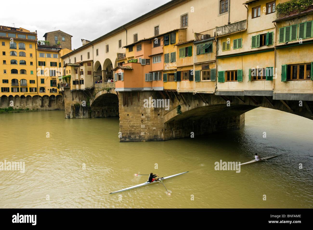 Die Ponte Vecchio, die mittelalterliche Brücke über den Arno in Florenz, Italien. Stockbild