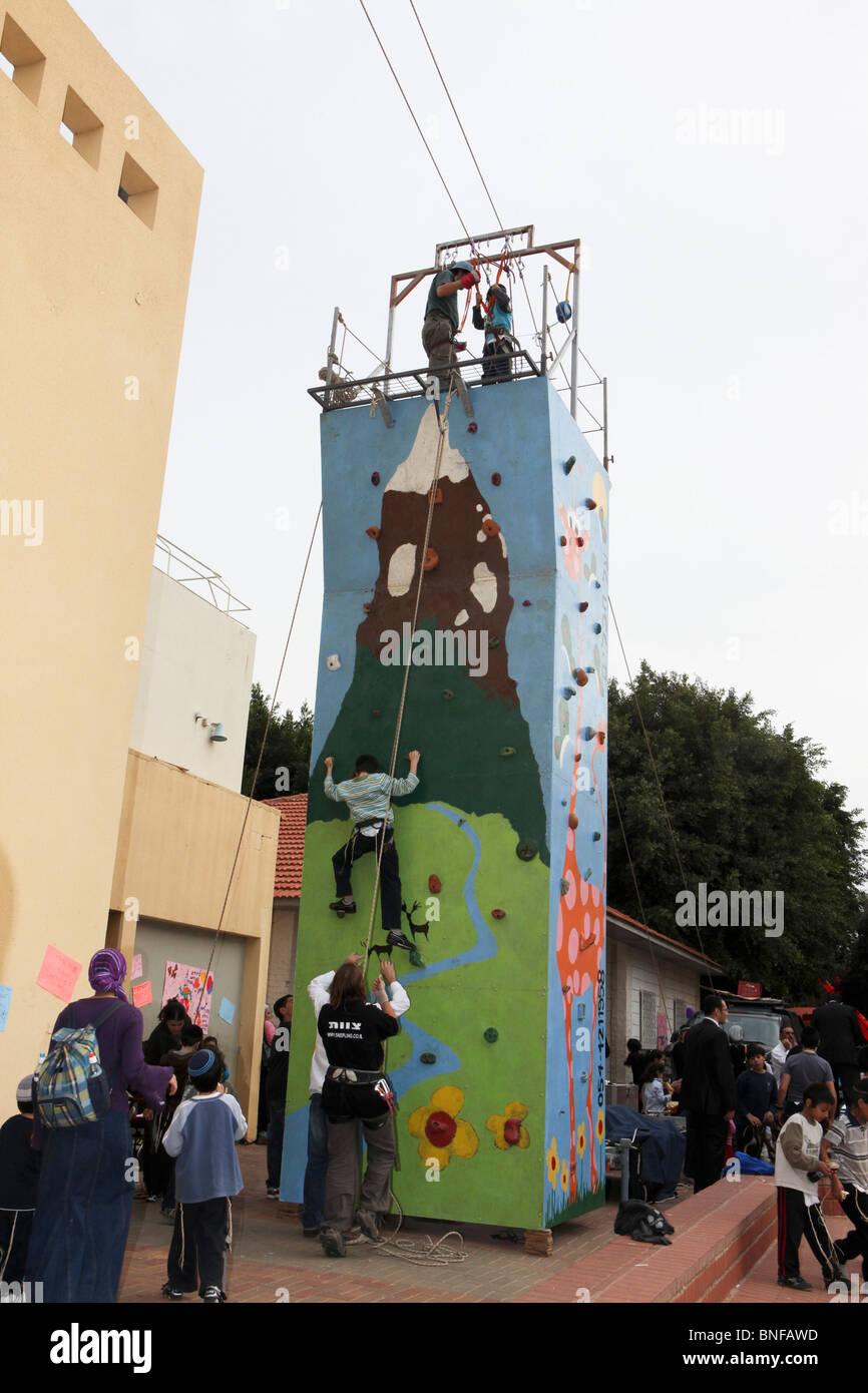 Kind klettert eine Mobile Kletterwand Stockfoto, Bild: 30455977 - Alamy