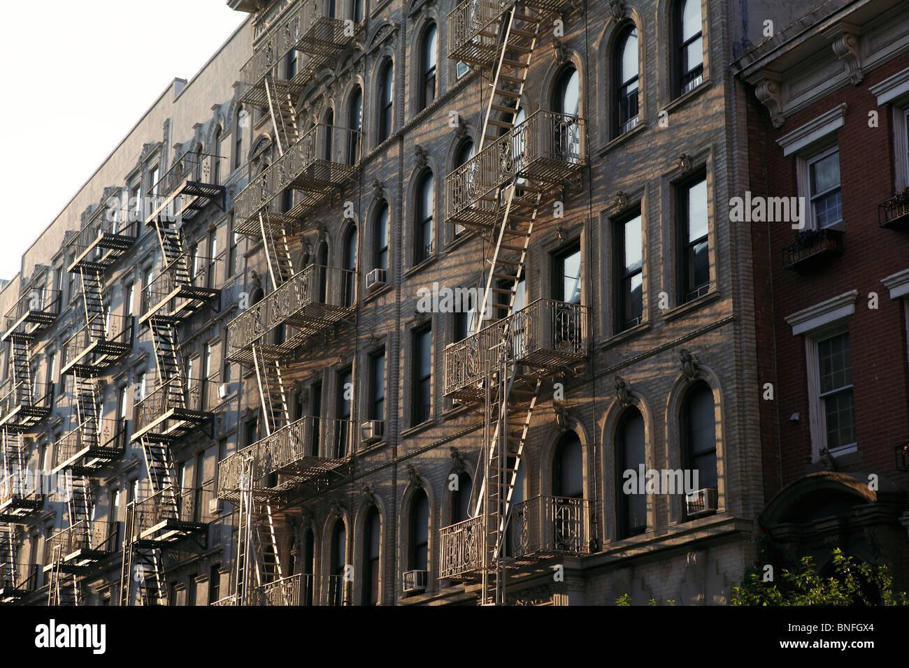 außen Feuerleiter auf New York Wohnhaus Stockbild