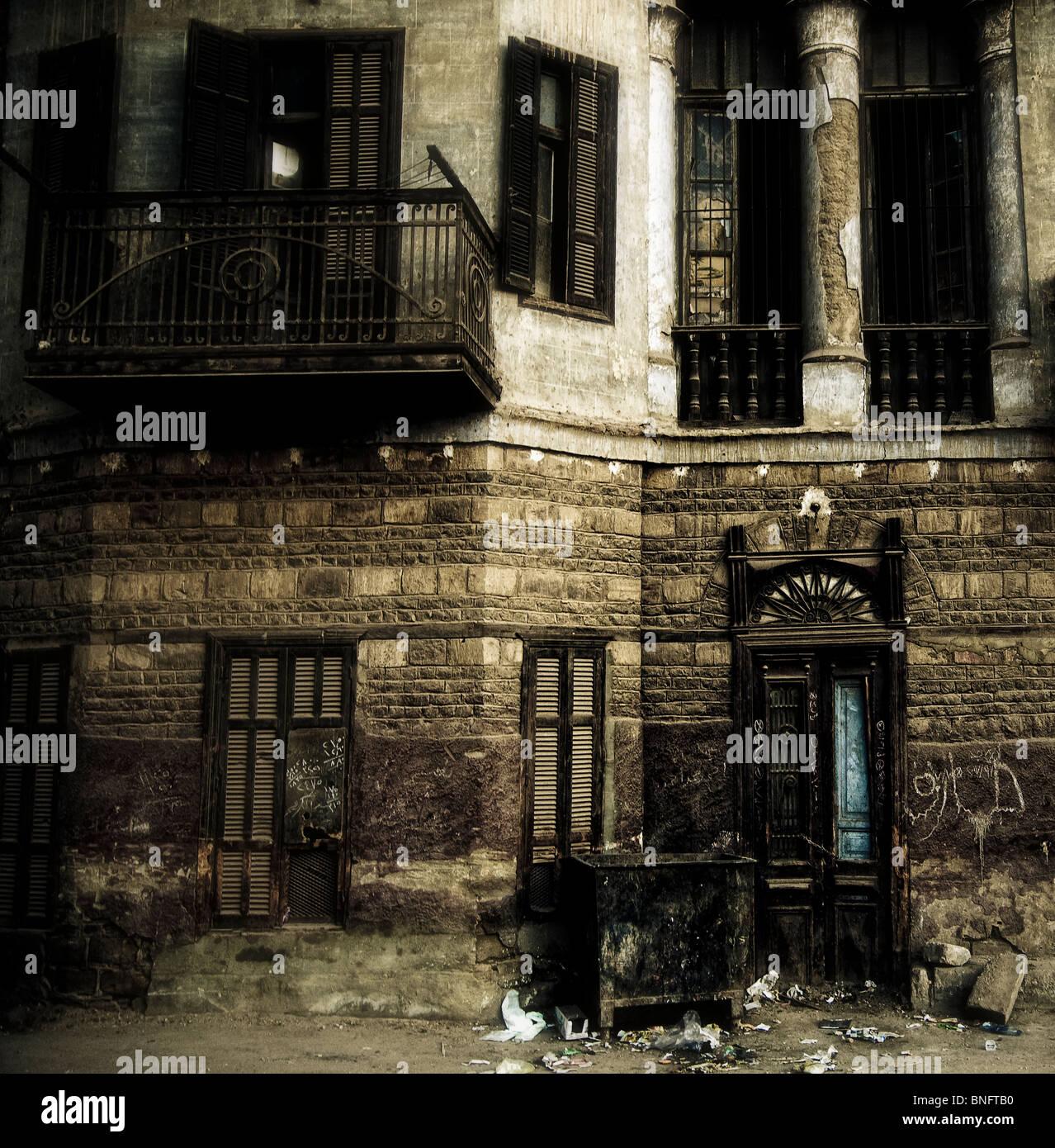 Einen alten verfallenden Gebäude aus der Kolonialzeit in der Stadt Luxor Ägypten. Stockbild