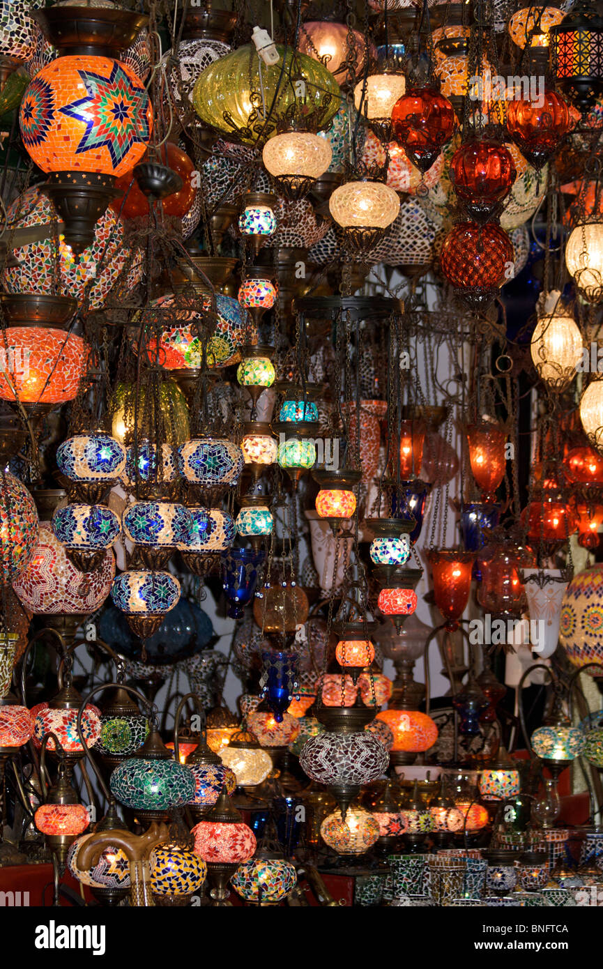 Ein Stall Der Bunten Mosaik Glas Lampenschirme Mit Schwarzem
