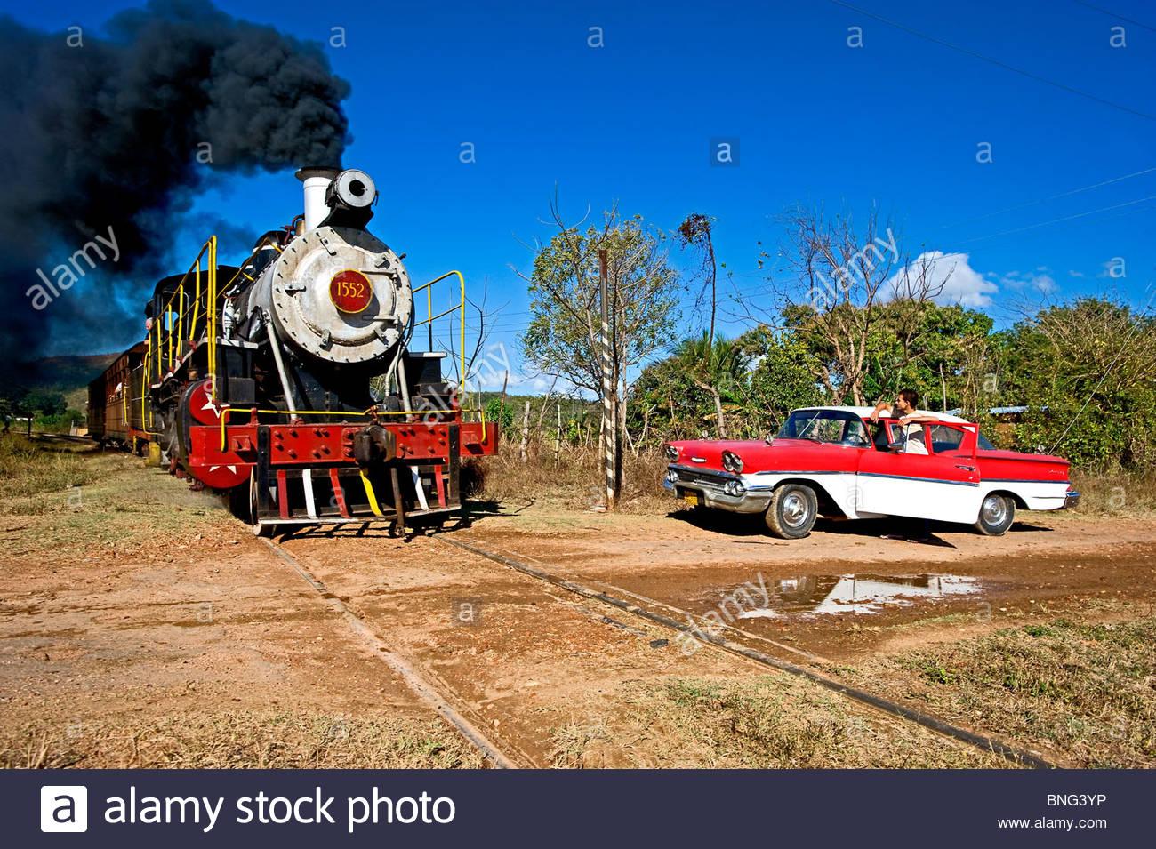 Autos der 50er Jahre und Dampfzug in La Pastora, Kuba Stockbild
