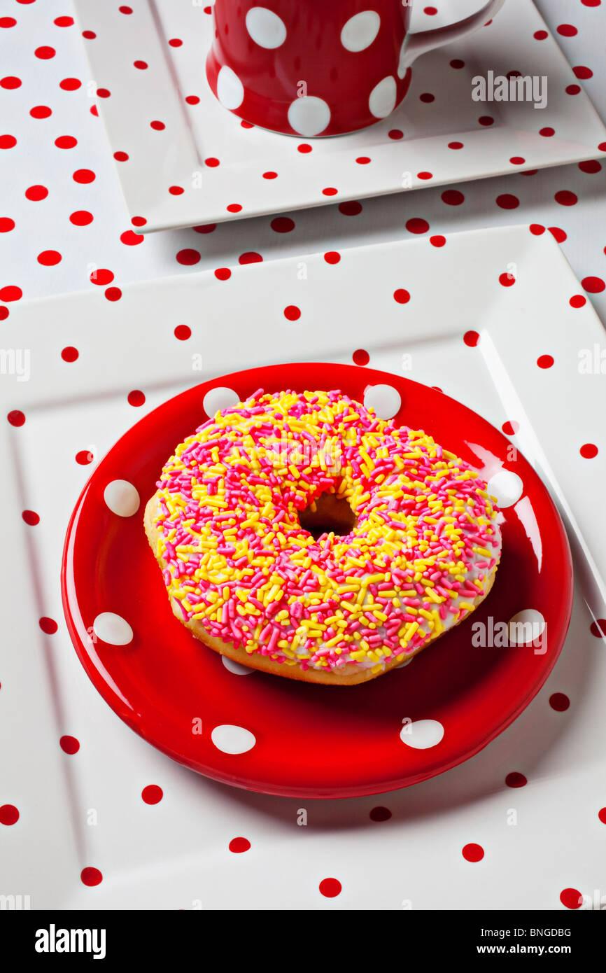 Donut auf Dot-Platte Stockbild