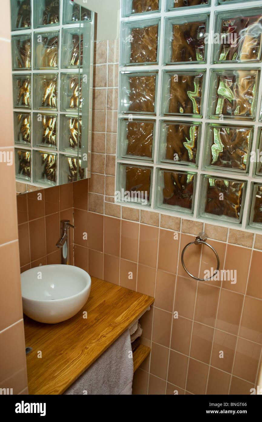 Glasblock Wand Waschbecken Stockfotos & Glasblock Wand Waschbecken ...