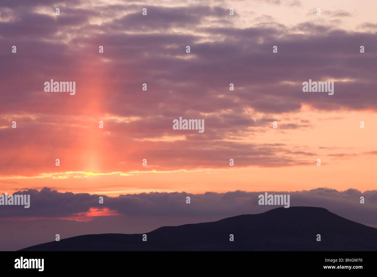Am frühen Morgen leuchtet Himmel über Zuckerhut mit den bevorstehenden Sonnenaufgang, Brecon Beacons National Stockbild