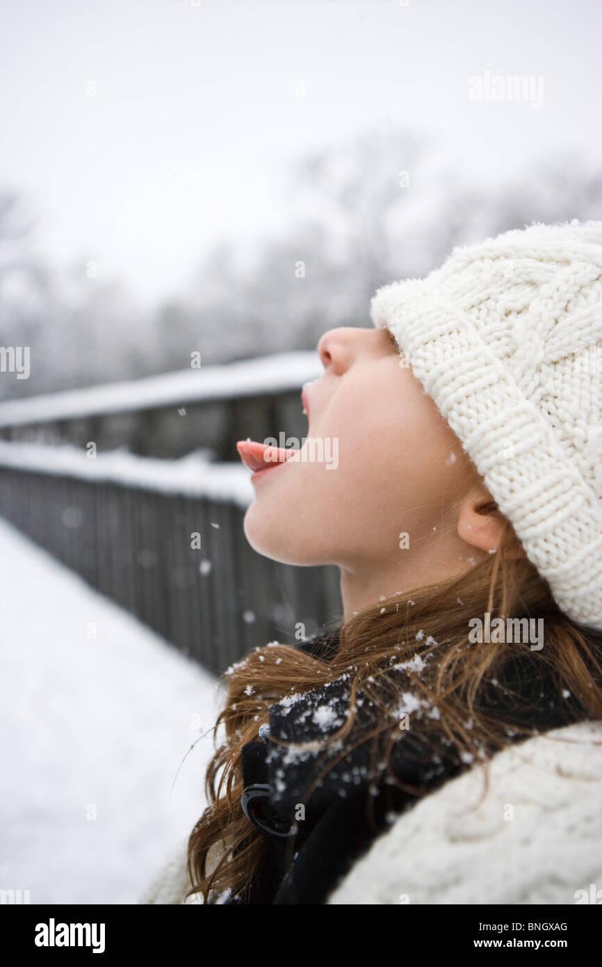 Mädchen fangen Schnee auf der Zunge Stockfoto, Bild: 30490056 - Alamy