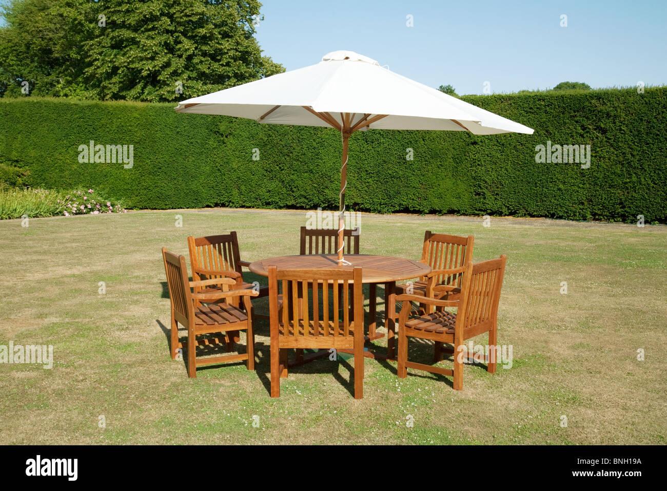 Gartentisch Stuhle Und Sonnenschirm An Einem Sommertag In Kent Uk