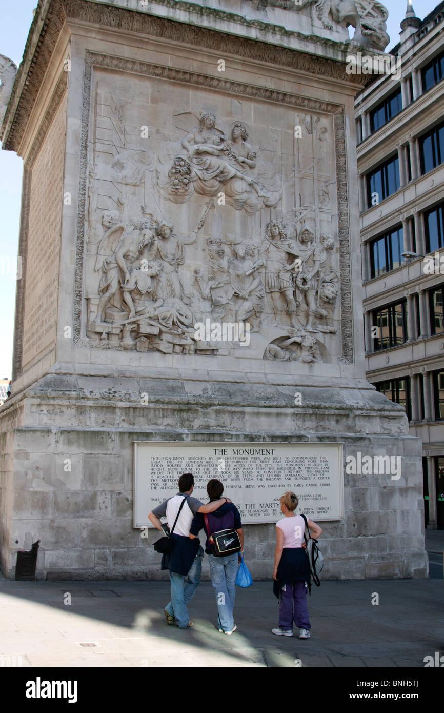 Touristen - das Denkmal für den großen Brand von London (West-Panel) - City of London Stockbild