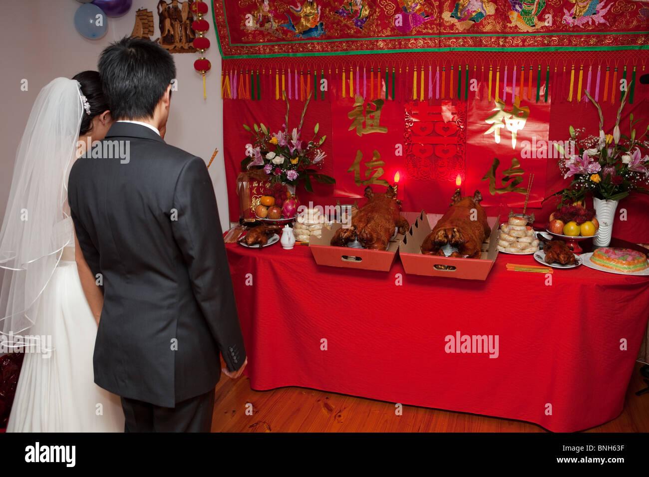 Braut Und Bräutigam Vor Geschenke An Traditionelle
