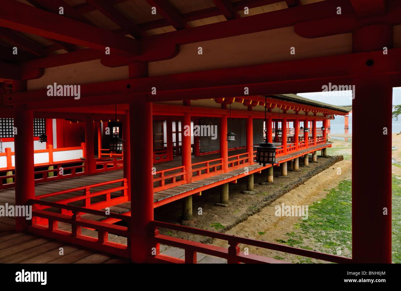 Korridoren am Itsukushima-Schrein Itsukushima-Schrein, Miyajima, Honshu, Japan Stockbild