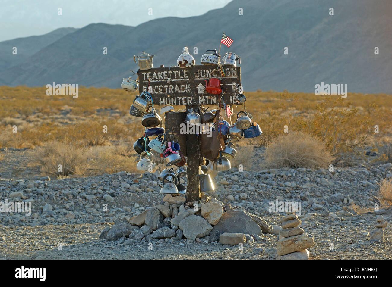 USA-California-Wasserkocher-Kreuzung in der Nähe Rennbahn Death Valley Nationalpark Wasserkocher Tee Zeichen Stockbild