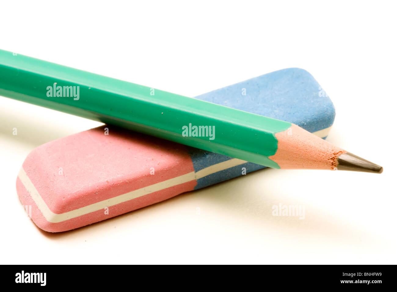 Einen grünen Bleistift und ein Radiergummi Tinte und Graphit Stockbild