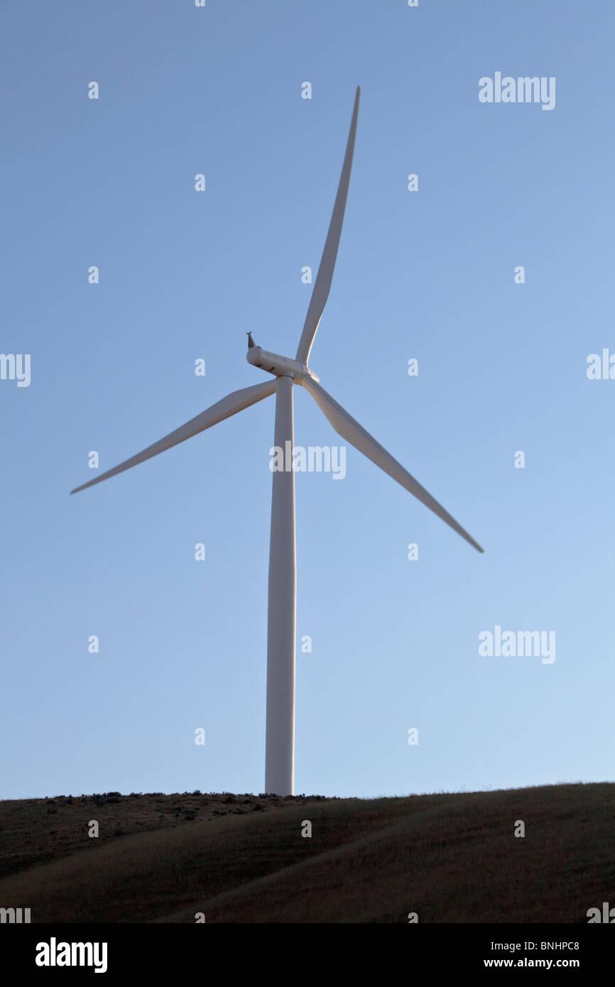 Windturbine gegen einen klaren Himmel, Stockbild