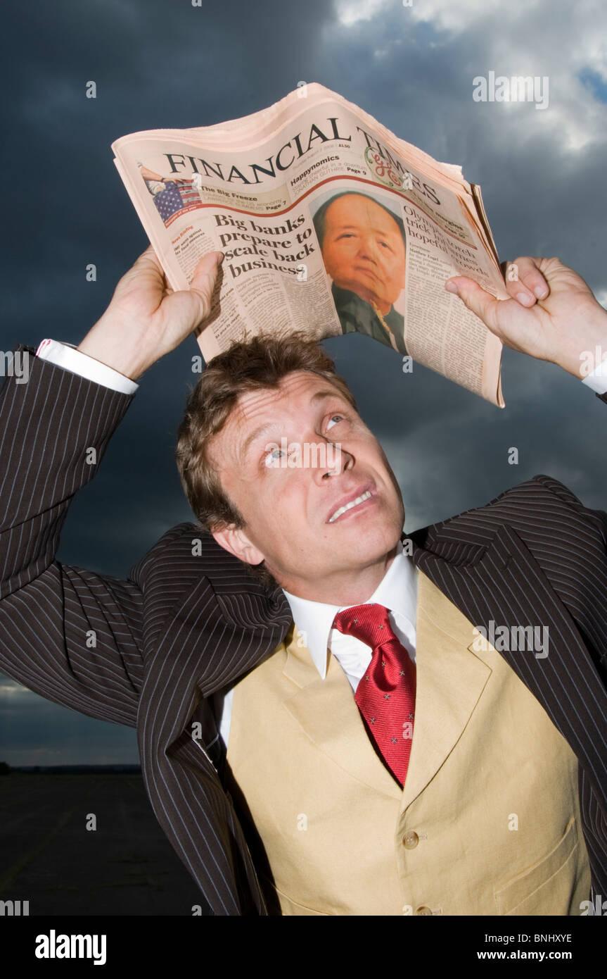Mann Geschäftsmann Geschäft außerhalb im freien OutdoorsFinancial Times Zeitung Wetter Wolken Sturm Stockbild