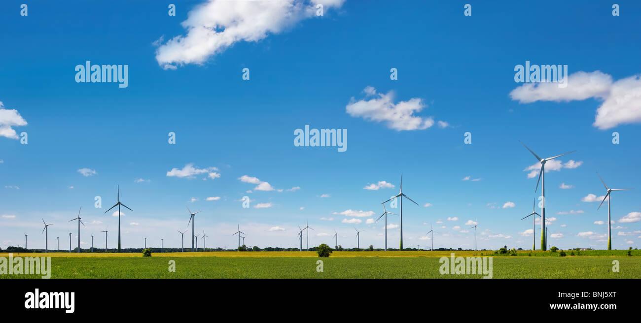 Windkraftanlagen in Ackerland Stockbild