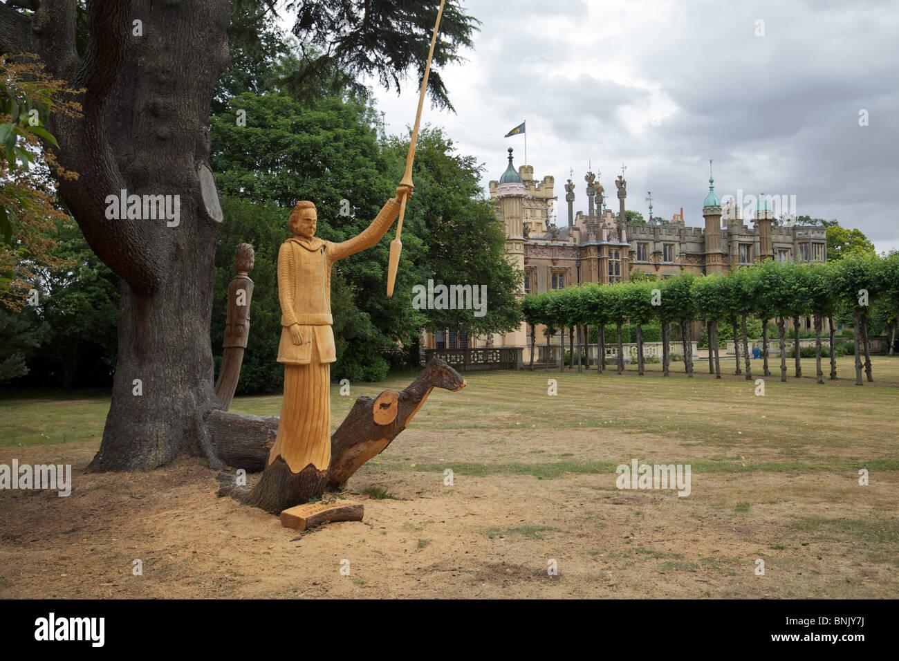 Knebworth House, Hertfordshire, England mit der Figur Lord David Lytton gebogen aus einem Baumstamm. Stockbild