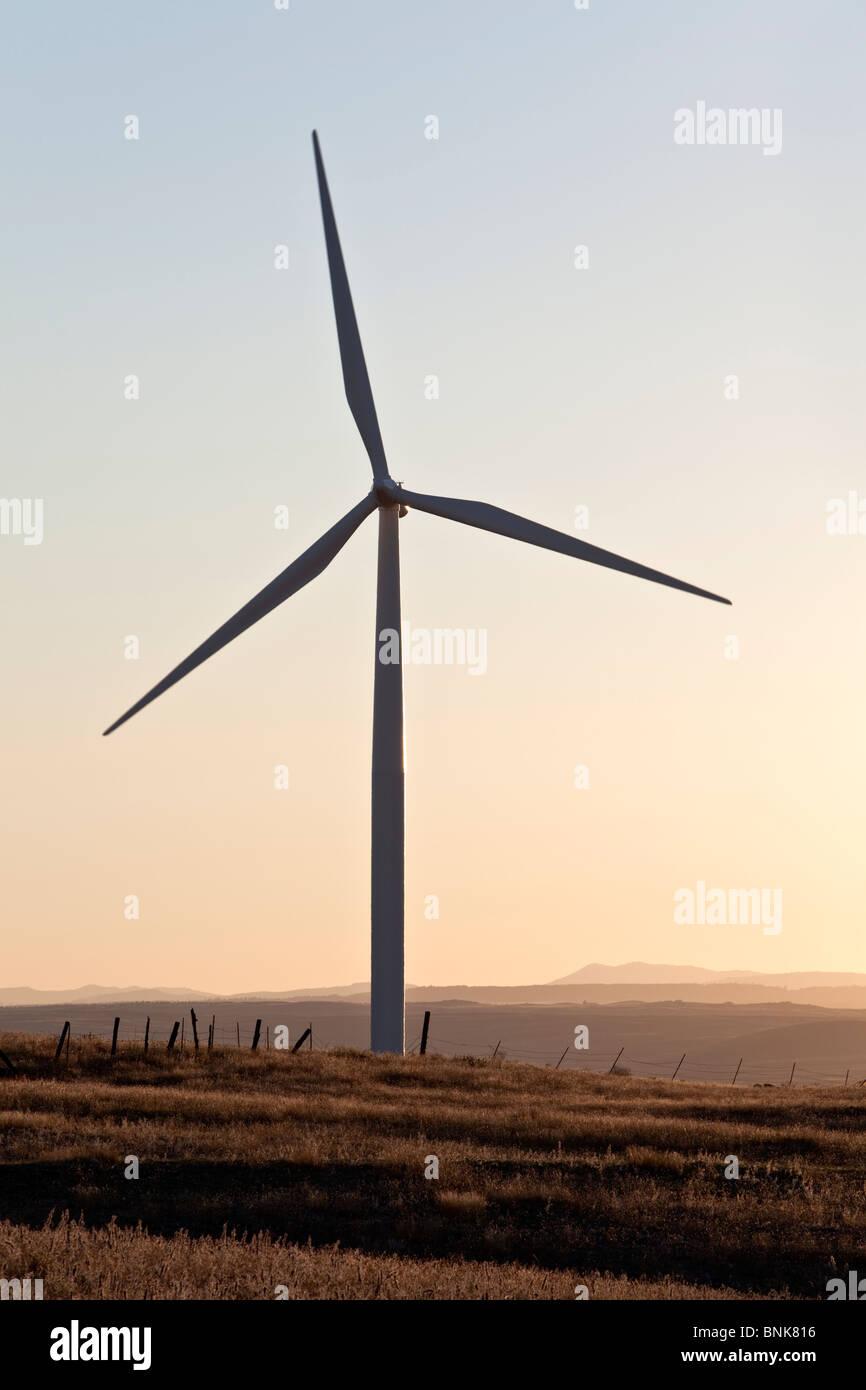 Wind Turbine gegen einen klaren Himmel, Sonnenuntergang. Stockbild