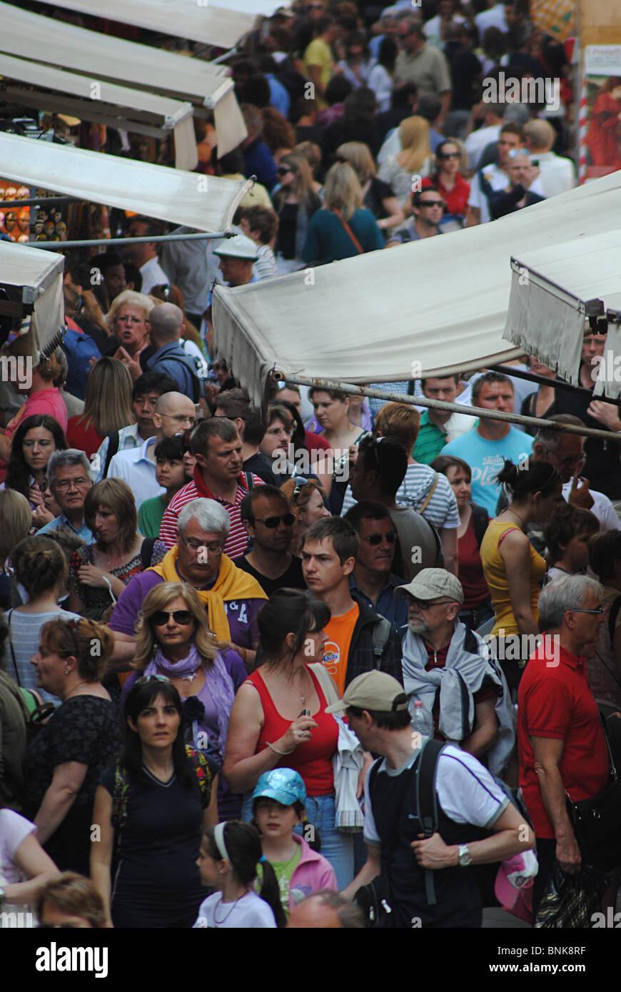 Massen von Touristen in einer Straße in der Nähe der Rialto Brücke in Venedig, Italien Stockbild