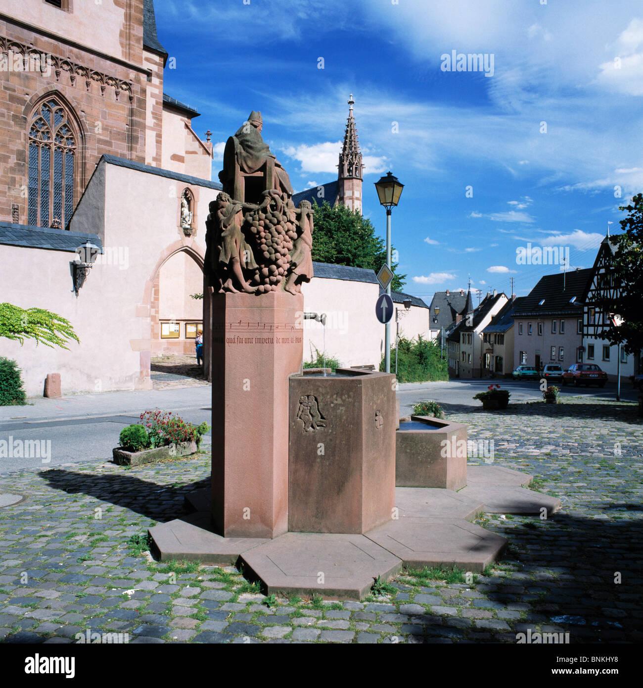Deutschland Kiedrich Rheingau Rheingaugebirge Taunus Hessen Wein Dorf Kiedrich Marktplatz Markt Skulptur auch heilige Stockbild
