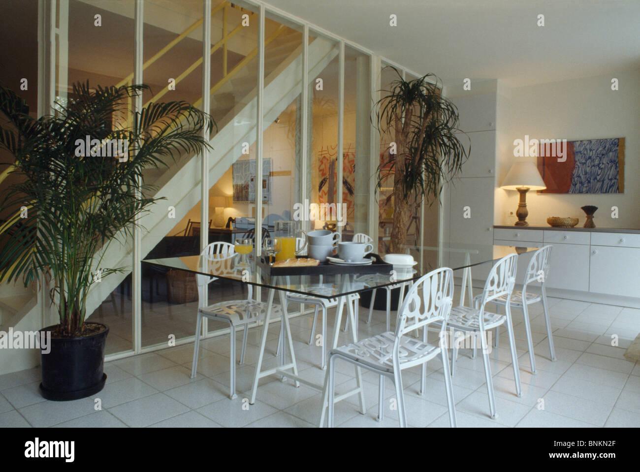 glas tisch und wei metall hallo st hle im modernen offenen speisesaal mit glaswand trennt. Black Bedroom Furniture Sets. Home Design Ideas