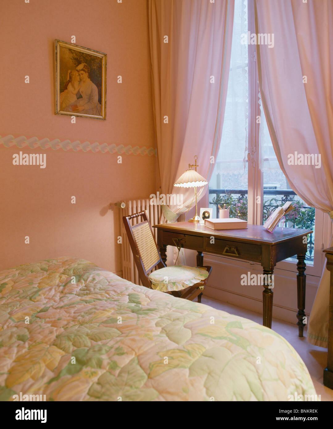 Schon Antiken Tischchen Vor Fenster Mit Rosa Vorhängen In Pfirsich Rosa  Schlafzimmer Mit Blumen Quilt Auf Bett