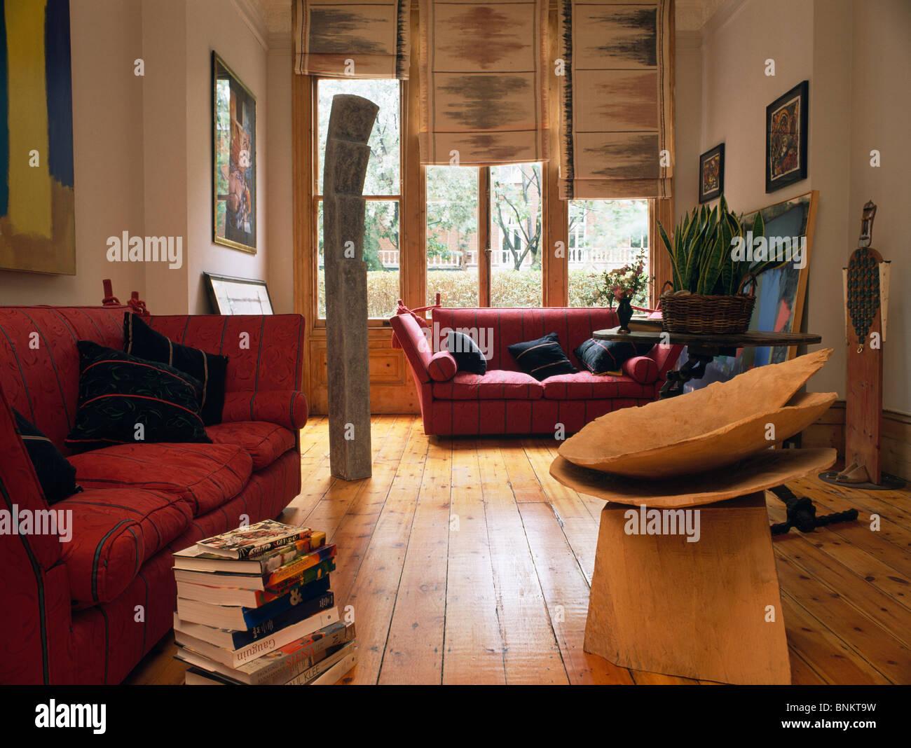 Moderne Skulptur Im Wohnzimmer Mit Roten Sofas Und Holzböden Und