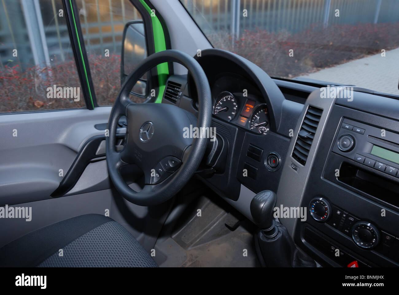 https://c8.alamy.com/compde/bnmjhx/mercedes-benz-sprinter-260-cdi-van-grun-l3h2-deutsch-mcv-van-interieur-dashboard-cockpit-bnmjhx.jpg