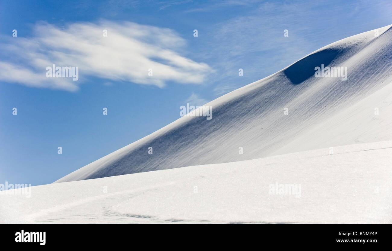 Dünne Wolken Drift über den Schnee bedeckt Osthang des Mt. Hawthorne in der Nähe von Juneau, Alaska Stockbild