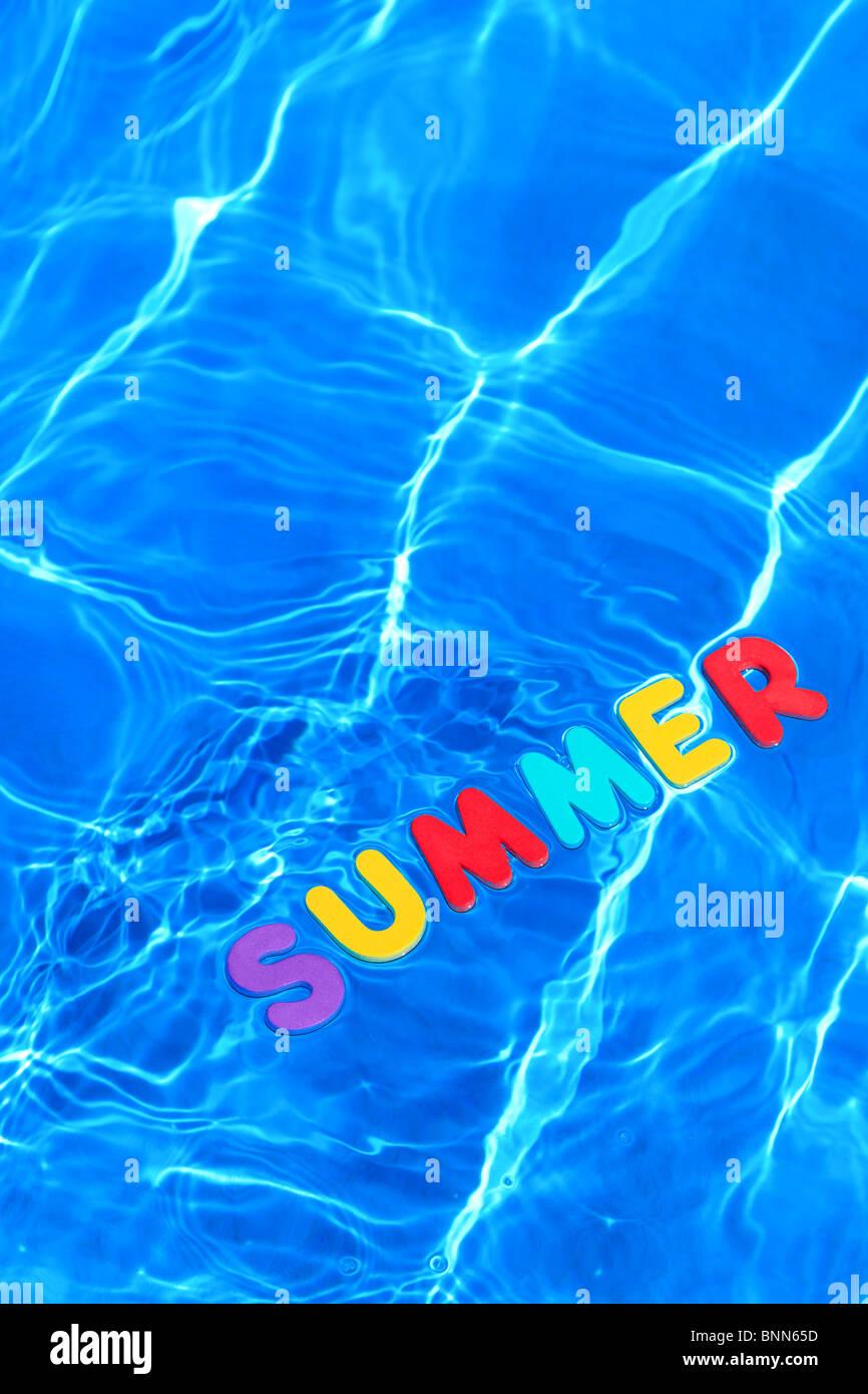 Das Wort wurde Sommer aus Schaum schwimmt auf der Wasseroberfläche eines Schwimmbades Stockbild