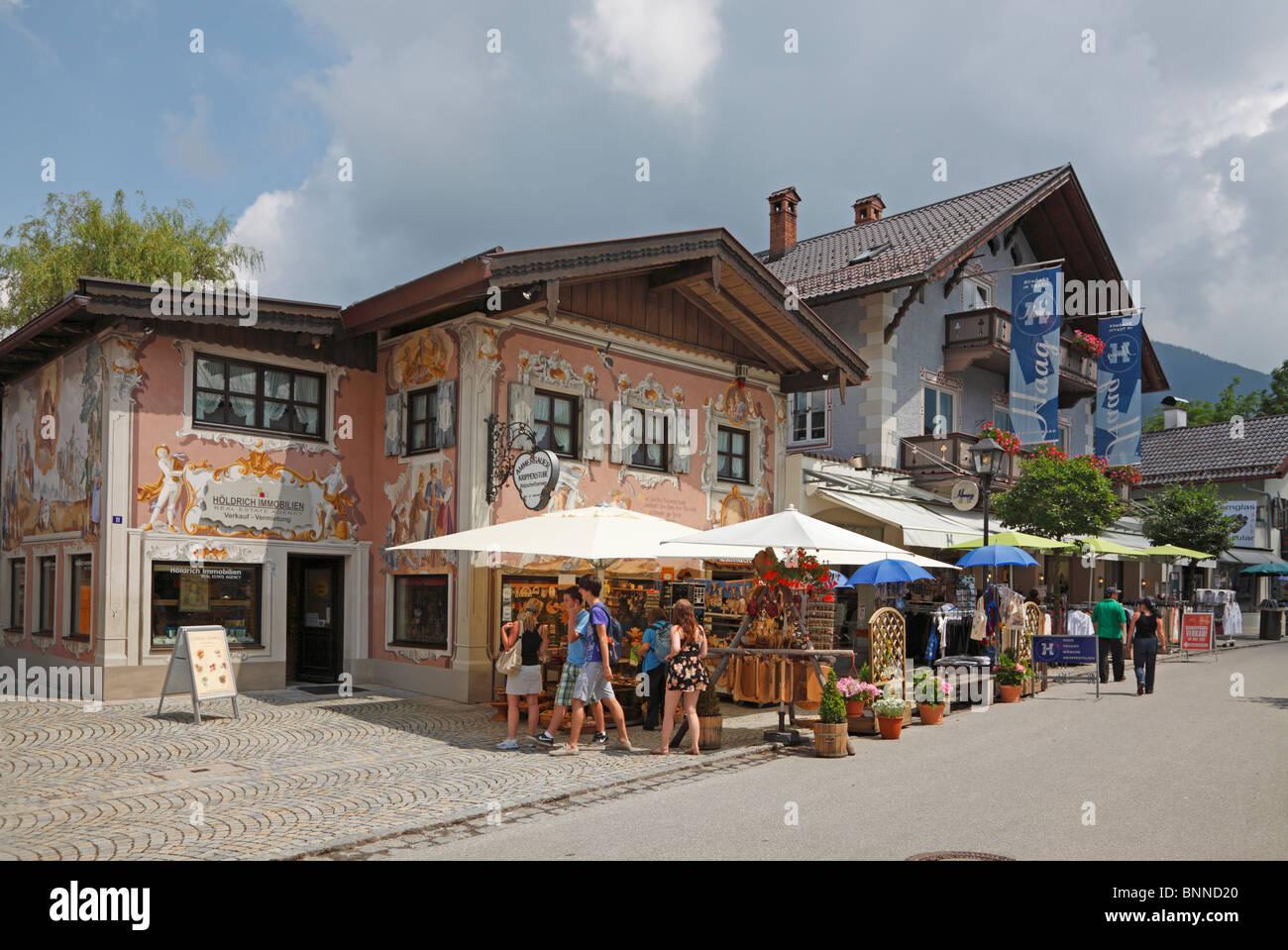 Typische Straße, Häuser und Geschäfte von der Innenstadt ...