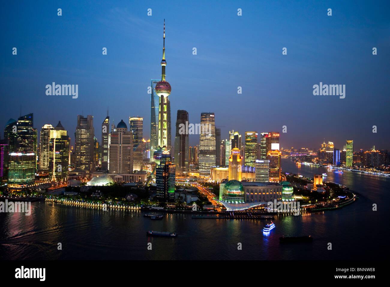 China Shanghai Stadt Häuserblocks von Wohnungen Hochhäuser City Skyline Huangpu Fluss Fluss Pudong Abend Stockbild