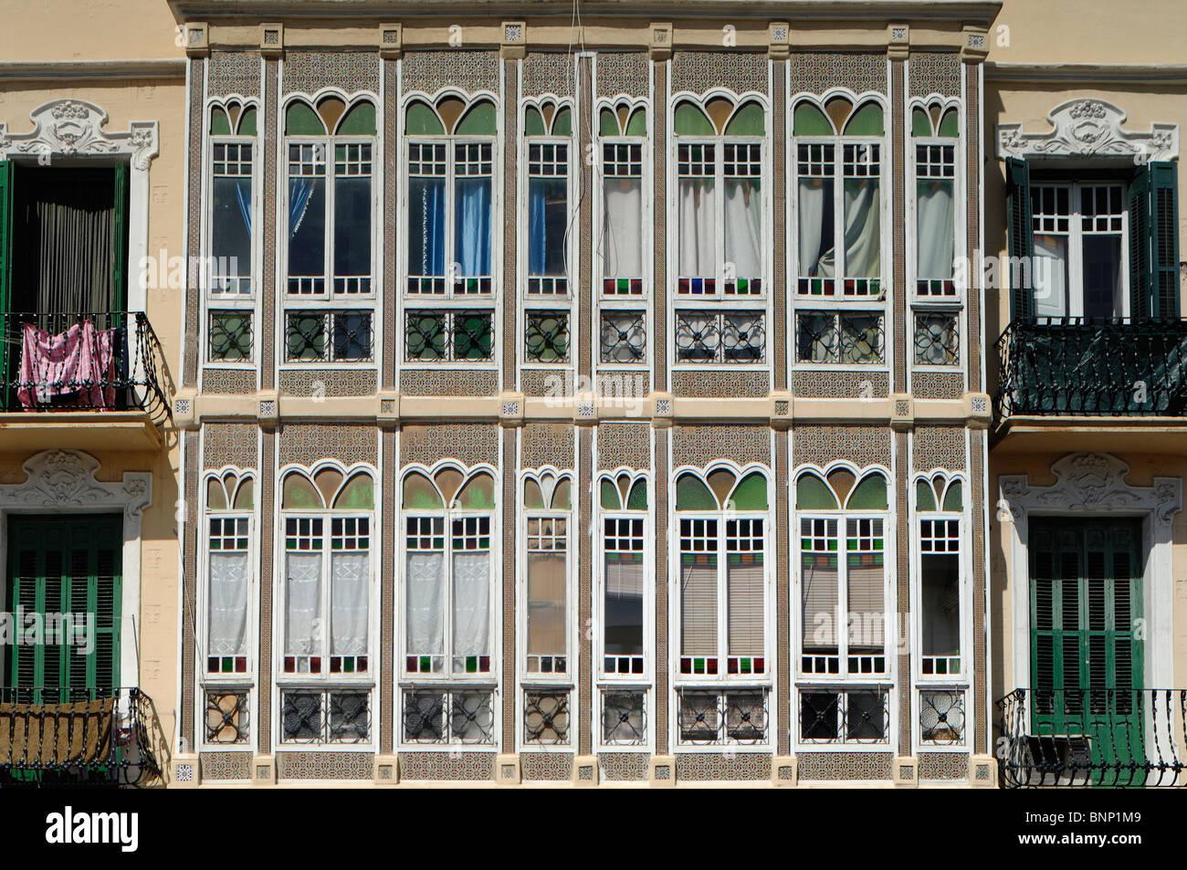 Beiliegenden Buntglas-Fenster-Balkon, Melilla, Spanien Stockbild