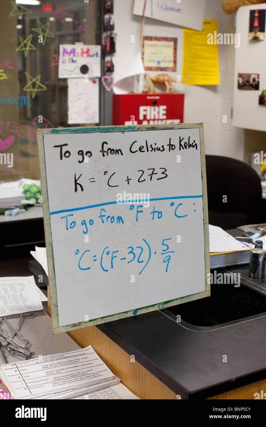 Whiteboard zeigt die Formel für die Umrechnung von celsius, Kelvin ...