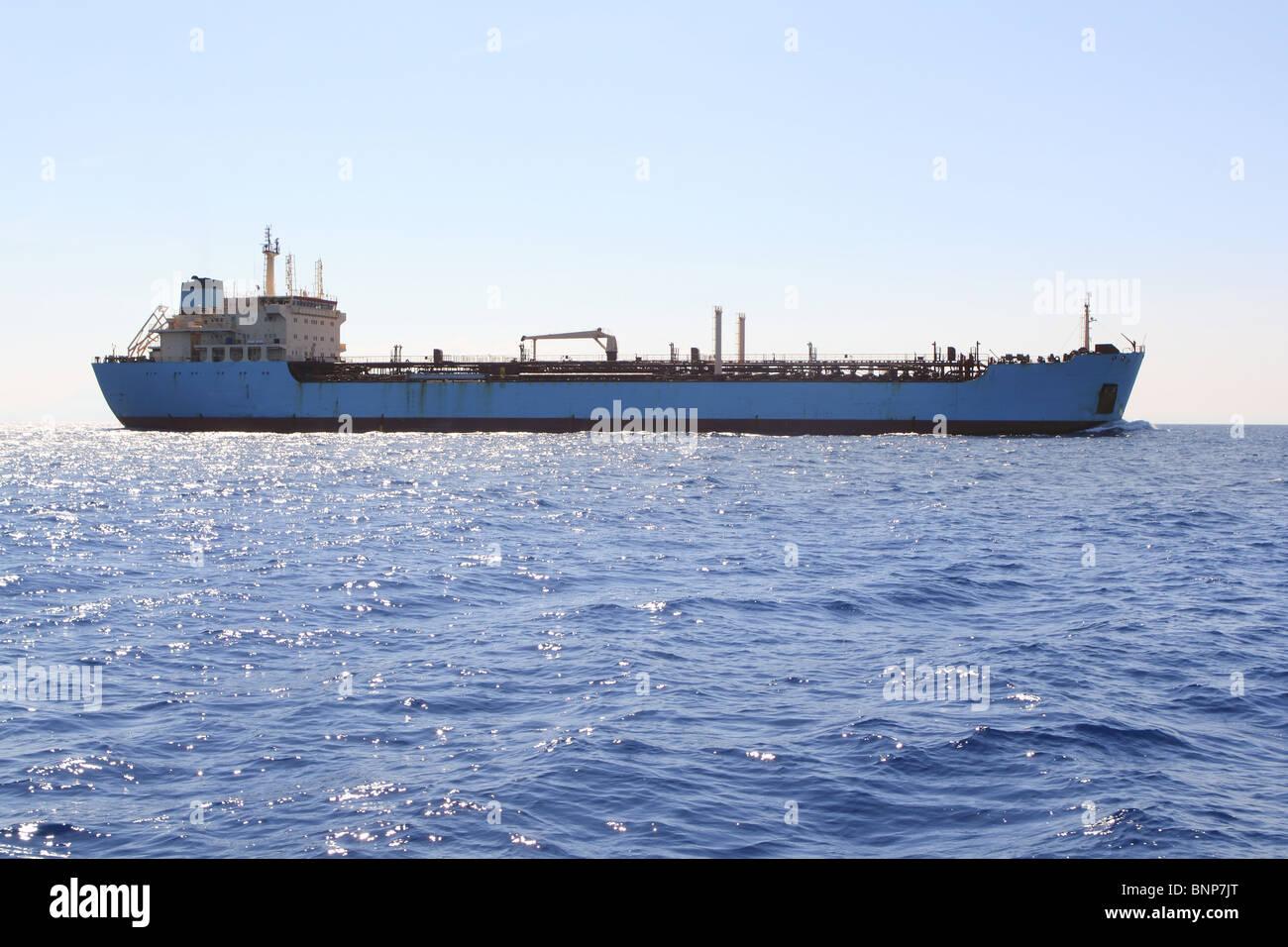 chemischer Transport Boot vor der Küste segeln Tanker Ladung blaue Meer Stockbild